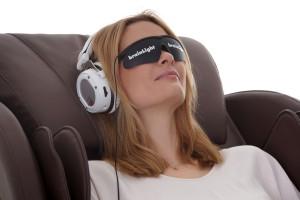 Anwenderin auf dem 3D Shiatsu-Massagesessel FLOAT PLUS während der audio-visuellen Entspannung. Foto: brainLight